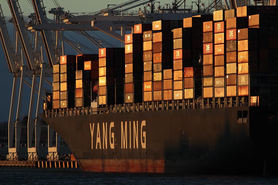 2020年1月5日美國新澤西州,太陽落在一艘台灣貨船上。