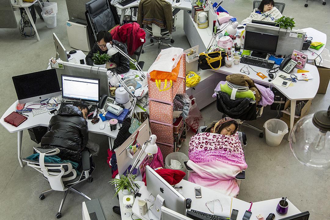 2013年12月24日,員工於午餐時間在騰訊微信部門午休。