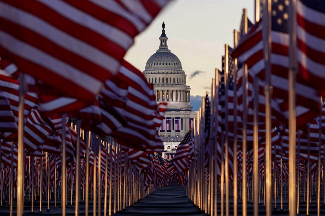 2021年1月20日,美國華盛頓特區,國會山莊前的國家廣場插滿美國國旗。