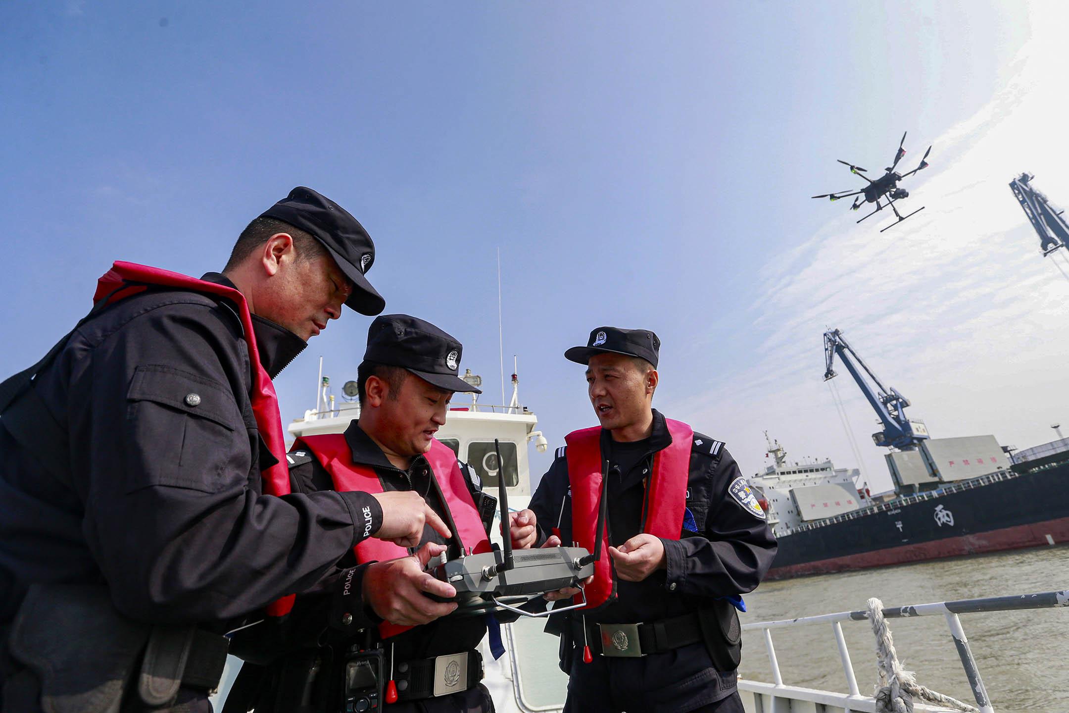 2020年11月19日南京,南京港邊境檢查站值班警察在港口區域對警察無人機進行測試。