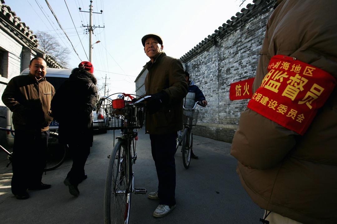 2008年8月,北京,一名戴上紅袖章的監督員在街道上巡邏。