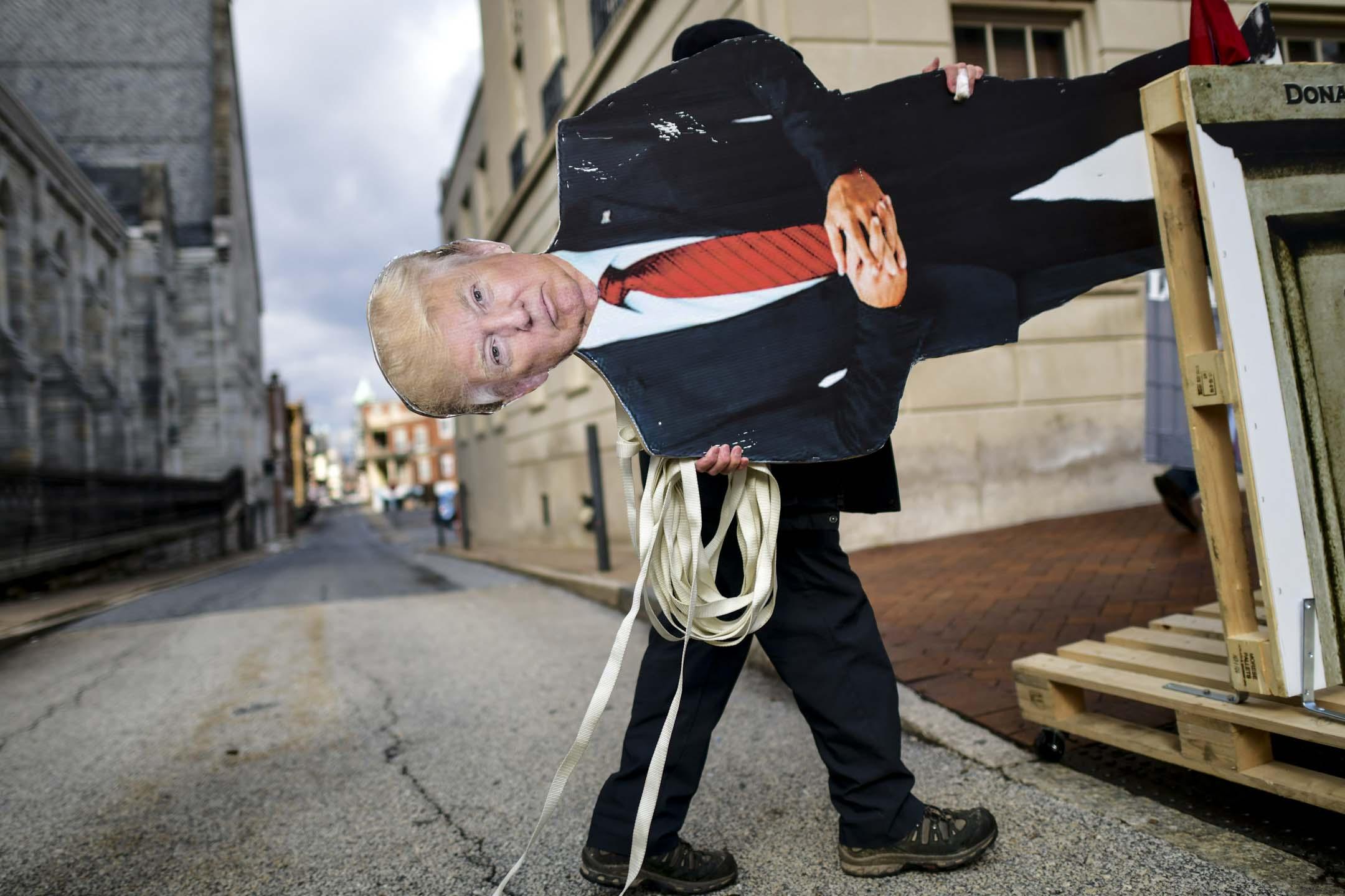 2021年1月17日,美國賓夕法尼亞州,一名示威者帶同一塊特朗普造型紙牌參與示威。