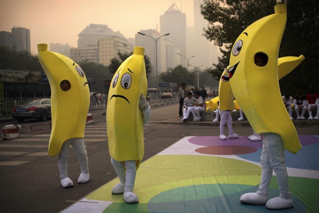 穿上香蕉服裝的推廣員在商場外進行推廣活動。 攝:Mark Schiefelbein/AP/達志影像