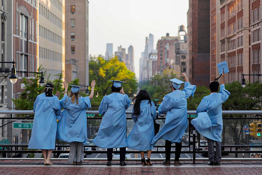 2020年5月15日哥倫比亞大學,學生從畢業典禮的前一天拍照。 攝:Andrew Kelly/Reuters/達志影像