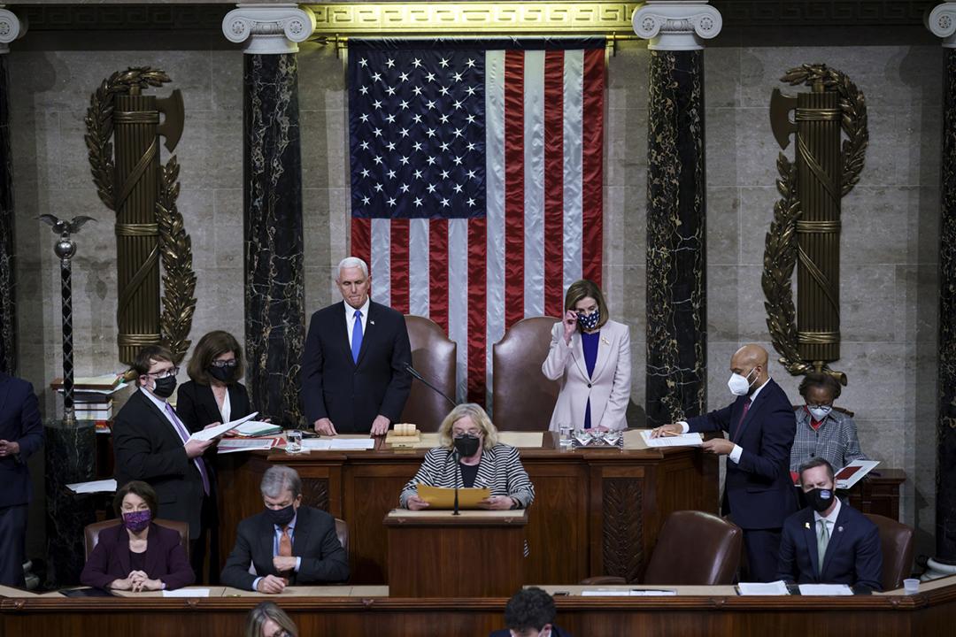 2021年1月6日,美國國會在騷亂後恢復唱票,正式確認拜登當選第46任總統。 攝:J. Scott Applewhite / Reuters
