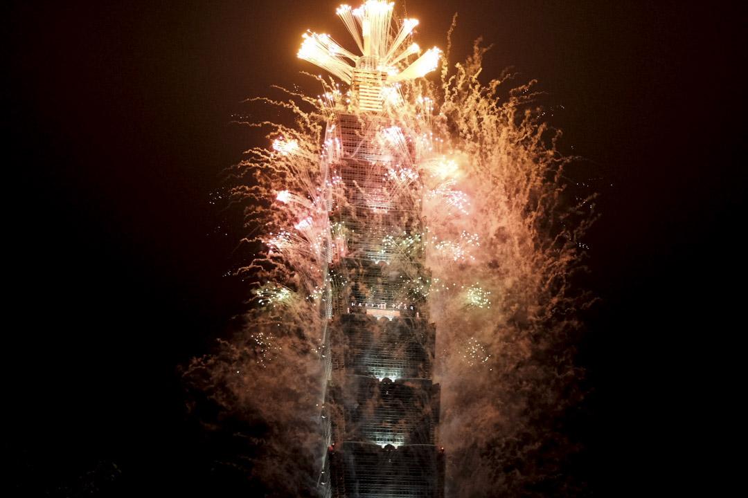 2021年1月1日,台北101大樓施放跨年煙火。 攝:唐佐欣/端傳媒