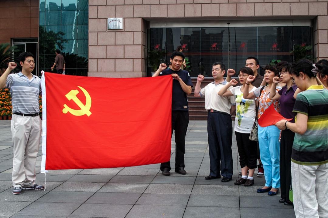 2011年,重慶紅岩革命歷史博物館,前往參觀的黨員在博物館外向共產黨旗致敬及宣讀誓詞。