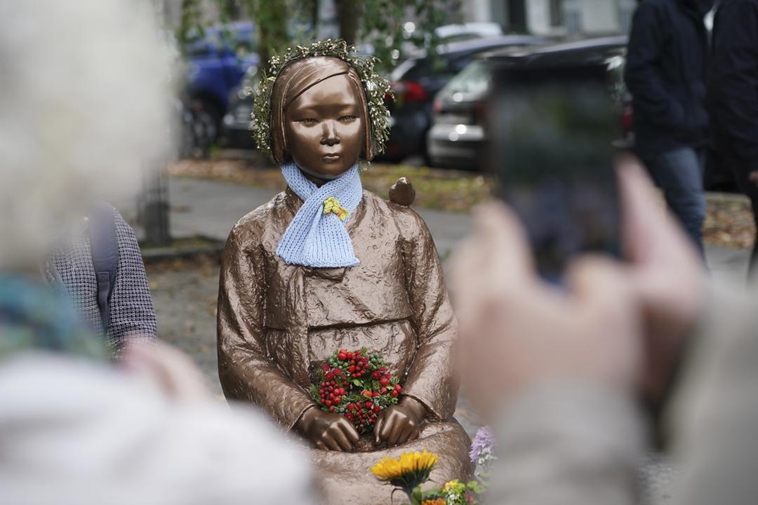 2020年10月13日在德國柏林,有團體帶同象徵二戰期間被日軍強徵的慰安婦的銅像遊行。 攝:Sean Gallup / Getty Images