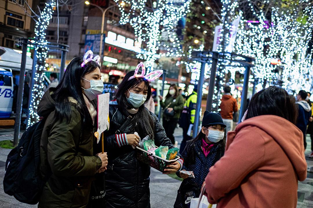 2020年12月31日,台北101大樓跨年煙火,商販在售賣節日裝飾。