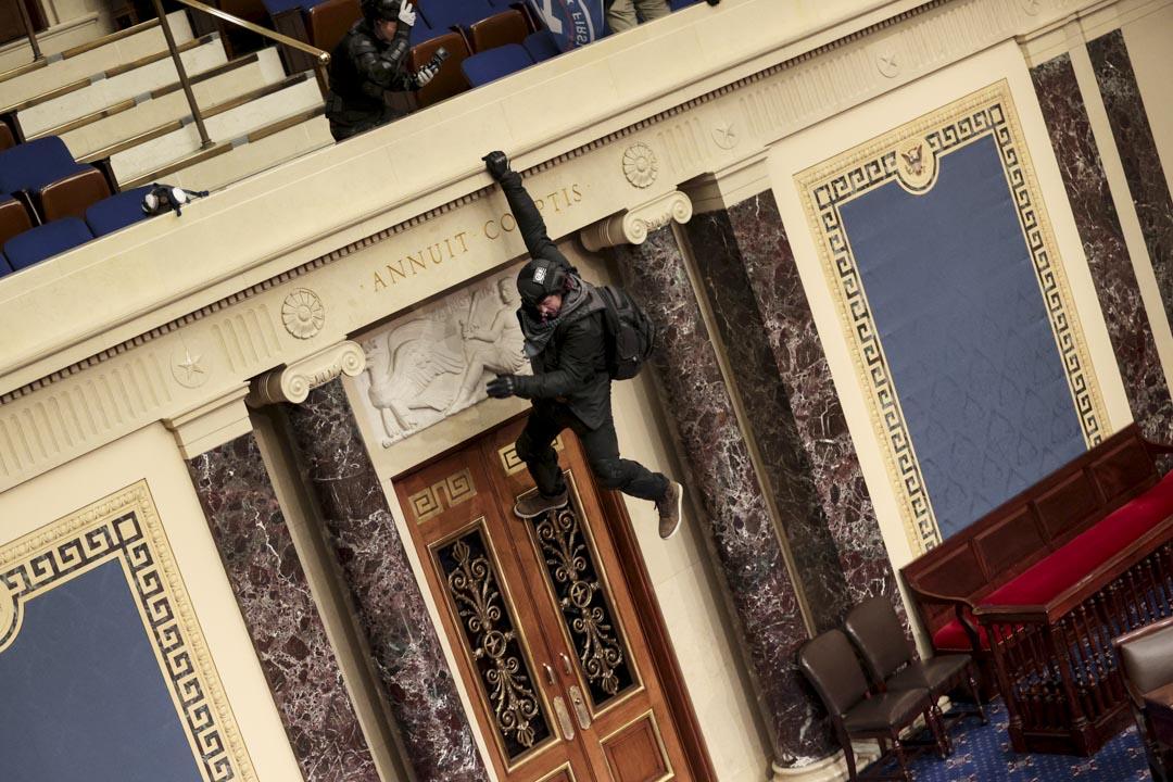 2021年1月6日,美國國會,參眾兩院會議進行期間,示威者闖進國會大樓,有示威者嘗試從看台進入會議廳。 攝:Win McNamee/Getty Images