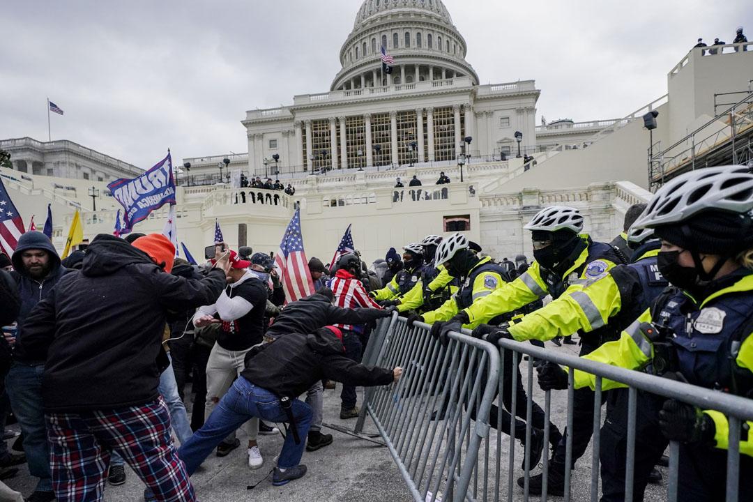 2021年1月6日,在國會大樓外聚集的特朗普支持者嘗試突破一條警方防線。