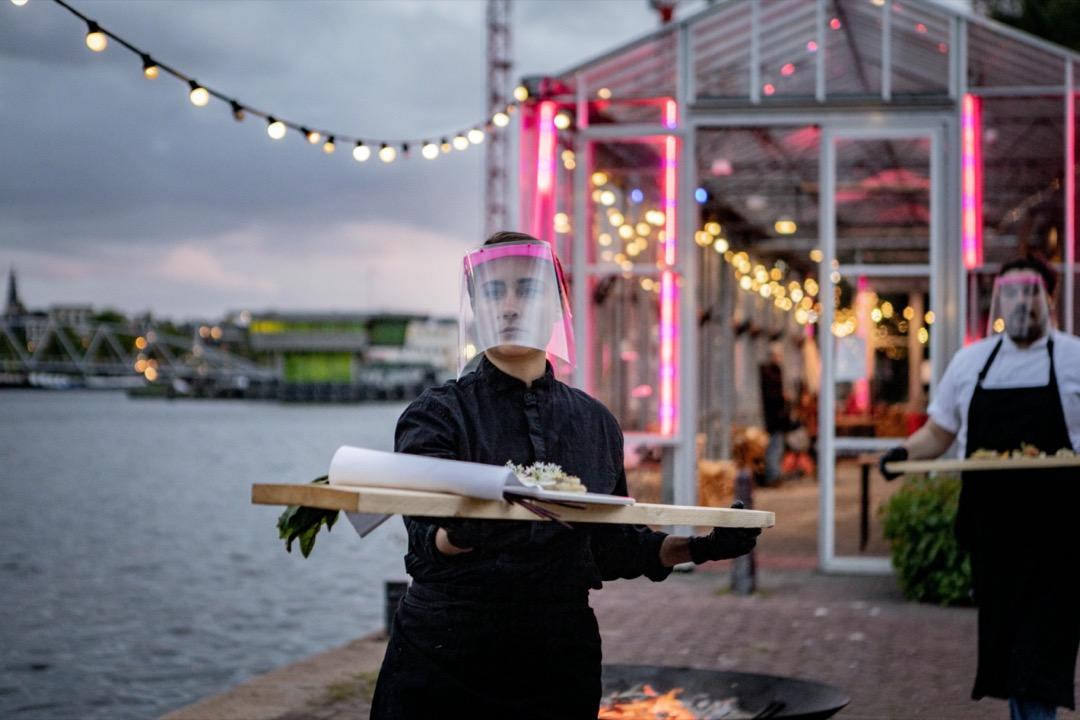 2020年5月12日,荷蘭阿姆斯特丹,因疫情,一家餐廳的侍應戴上面罩招待客人。