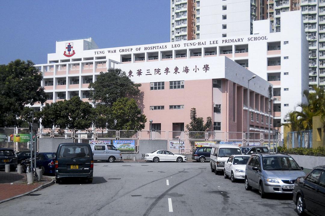 2019年3月6日,天水圍東華三院李東海小學老師林麗棠疑因不堪工作壓力,於校內墮樓身亡。 圖:Wikipedia