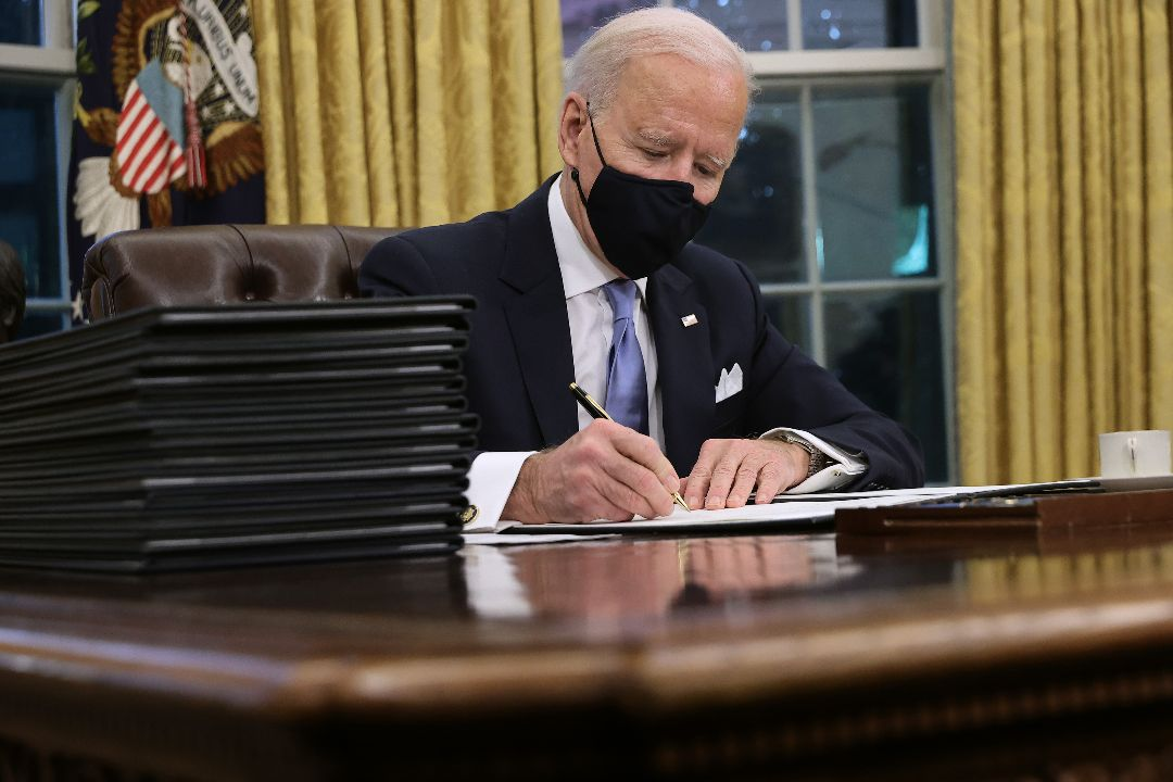 2021年1月20日,美國總統拜登就職首日在白宮簽署一系列新措施,扭轉前任政策。 攝:Chip Somodevilla/Getty Images