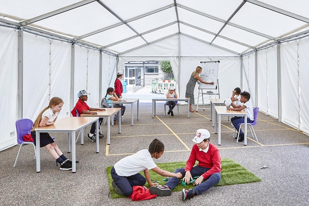 英國倫敦東邊塔村區(Tower Hamlets)萬納菲小學(Manorfield Primary School)和北倫敦一間小學正在試行帳篷課室授課。