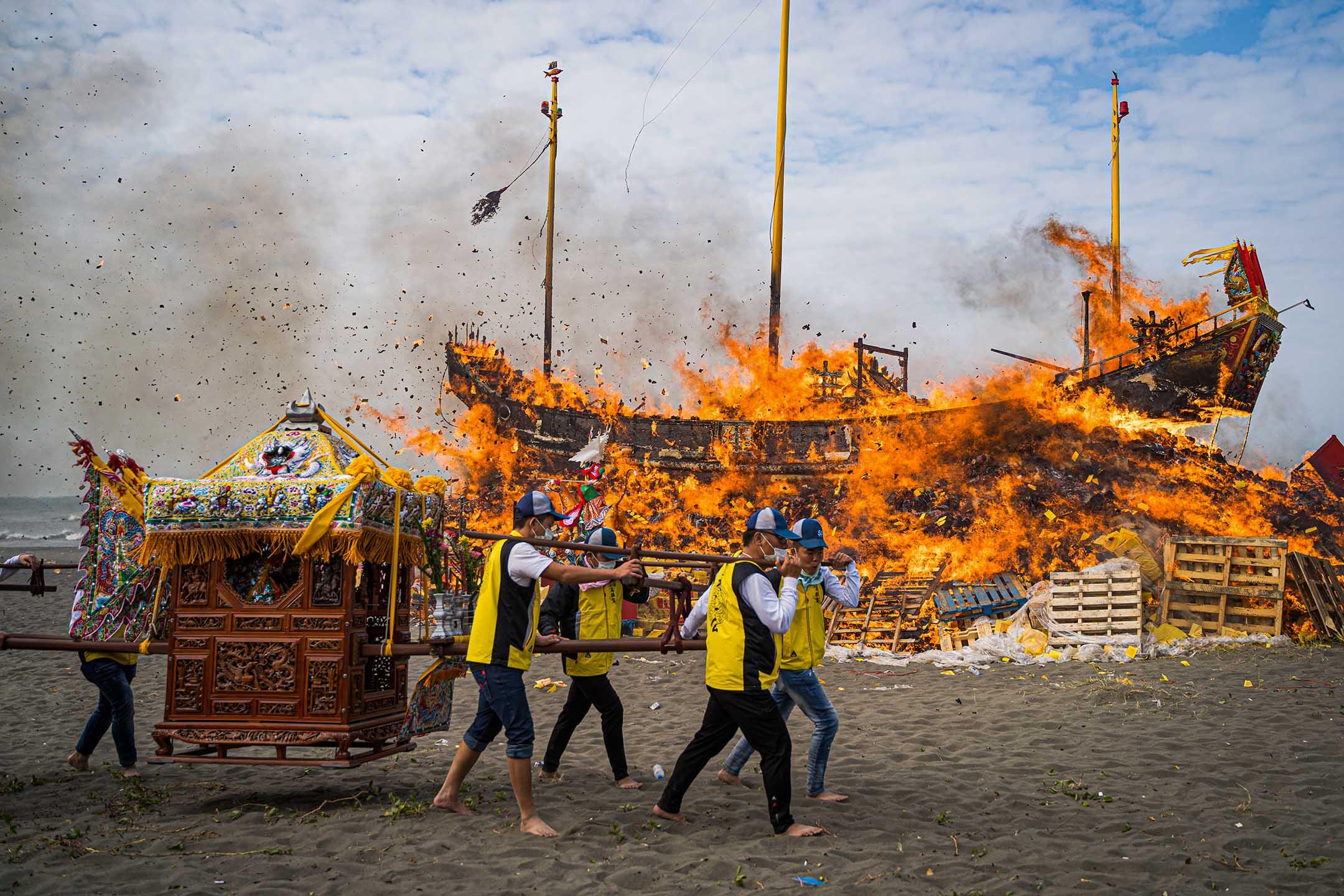 於大疫之年舉辦「王船醮」,祭典的最後,以焚燒王船形式「送王」為結尾。建醮人員表示,今年適逢Covid-19病毒肆虐全球,眾人特別祈求疫情早日遠離。 攝:唐佐欣/端傳媒