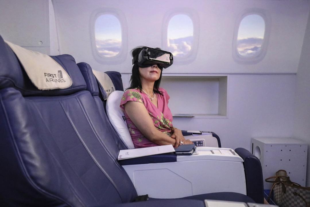 2020年8月20日,日本東京,新冠病毒疫情另當地旅遊業停滯,虛擬航空公司 FIRST AIRLINES 應運而生,用虛擬實景技術帶「旅客」飛到巴黎、紐約、羅馬等地。 攝:Kunihiko Miura/Yomiuri Shimbun via AP/達志影像