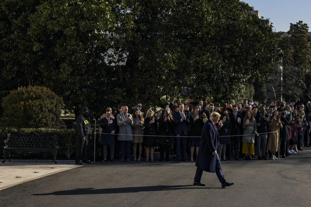 2021年1月12日,美國總統特朗普離開白宮前往邊境圍牆視察。 攝:Samuel Corum/Bloomberg via Getty Images