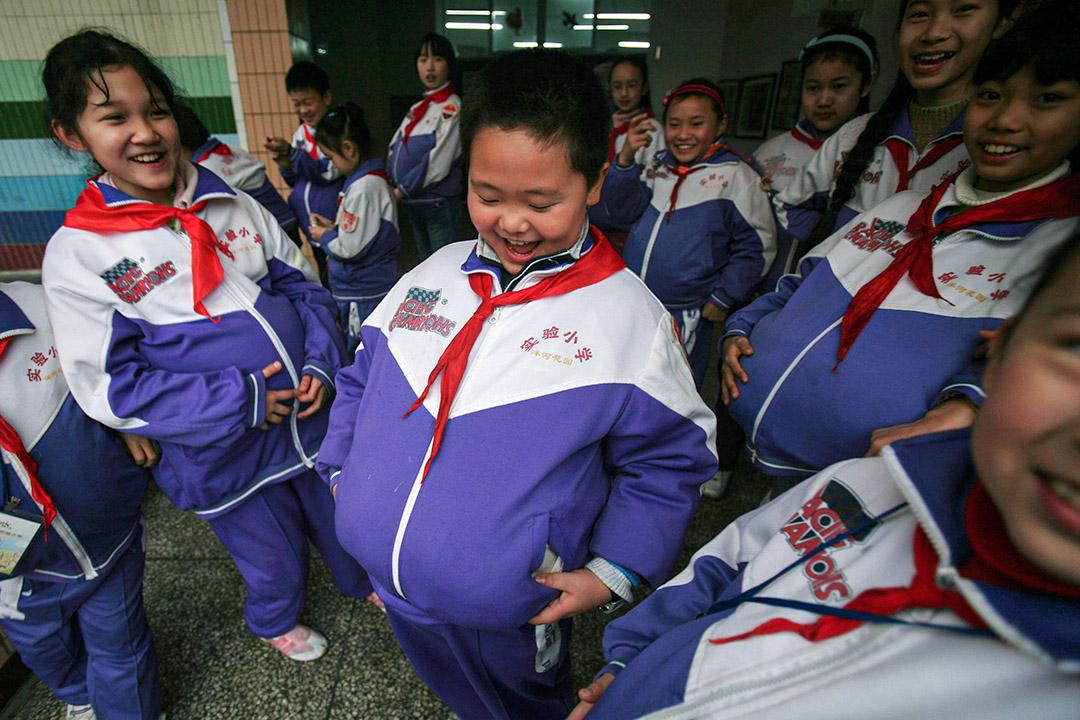 中國重慶市, 小學舉行的國際婦女節慶祝活動期間,學生們舉著書包打扮成孕婦,以感受母親們經歷的一切。
