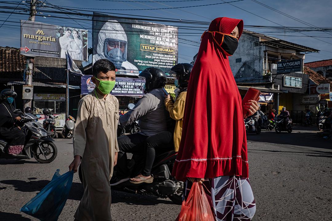 2020年5月22日印尼,傳統市場上男孩和婦女戴著口罩。