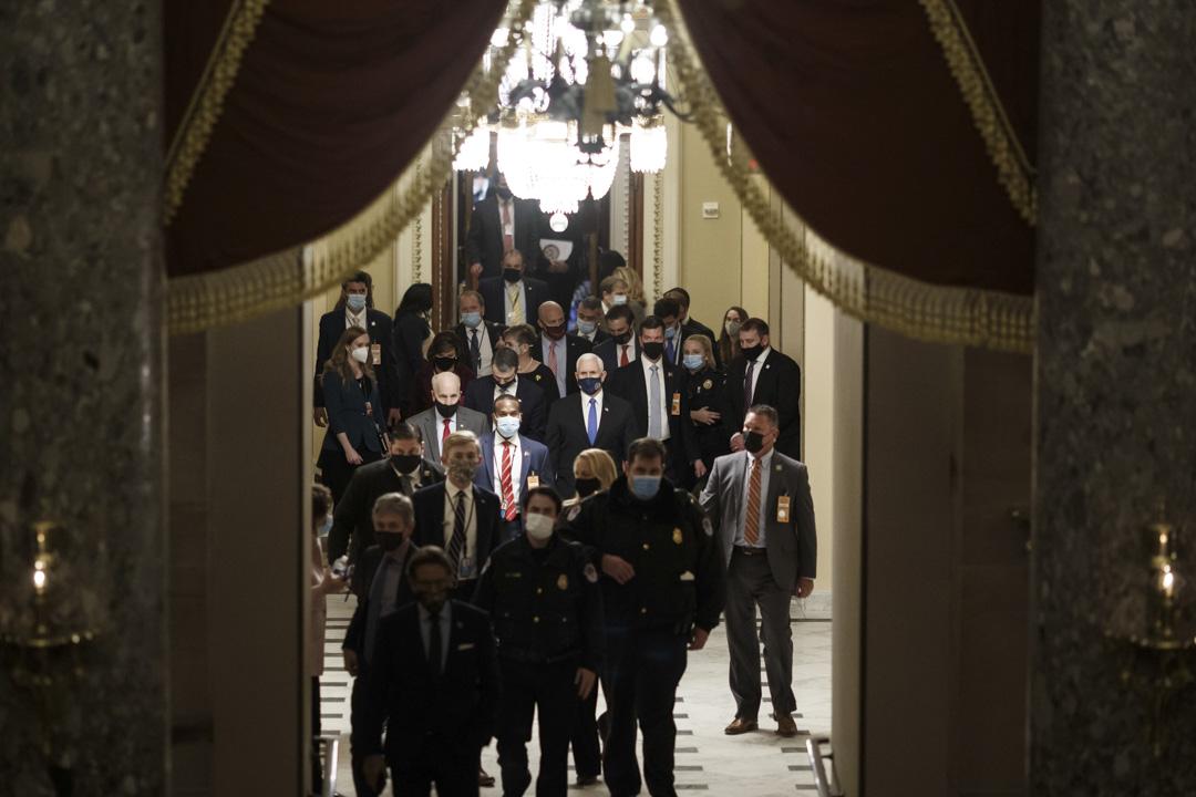 2021年1月7日,參署兩院聯席會議恢復認證拜登(Joe Biden)當選總統的程序,美國副總統彭斯在國會大樓進入會場。