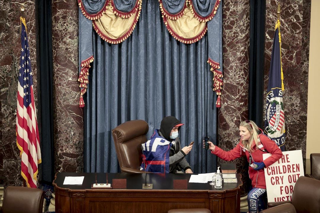 2021年1月6日,特朗普支持者闖進參議院會議廳後,坐在主席位置。