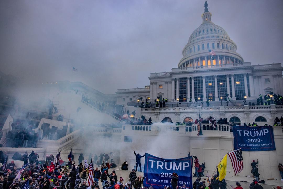2021年1月6日,美國首都華盛頓特區,特朗普支持者在國會大廈外嘗試闖進大樓,國會警察使用催淚彈驅散。