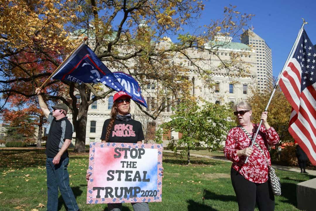 2020年11月7日,印第安納州議會大廈有集會,一名穿著「假新聞」T恤的特朗普支持者要求美國總統大選要重新點票。