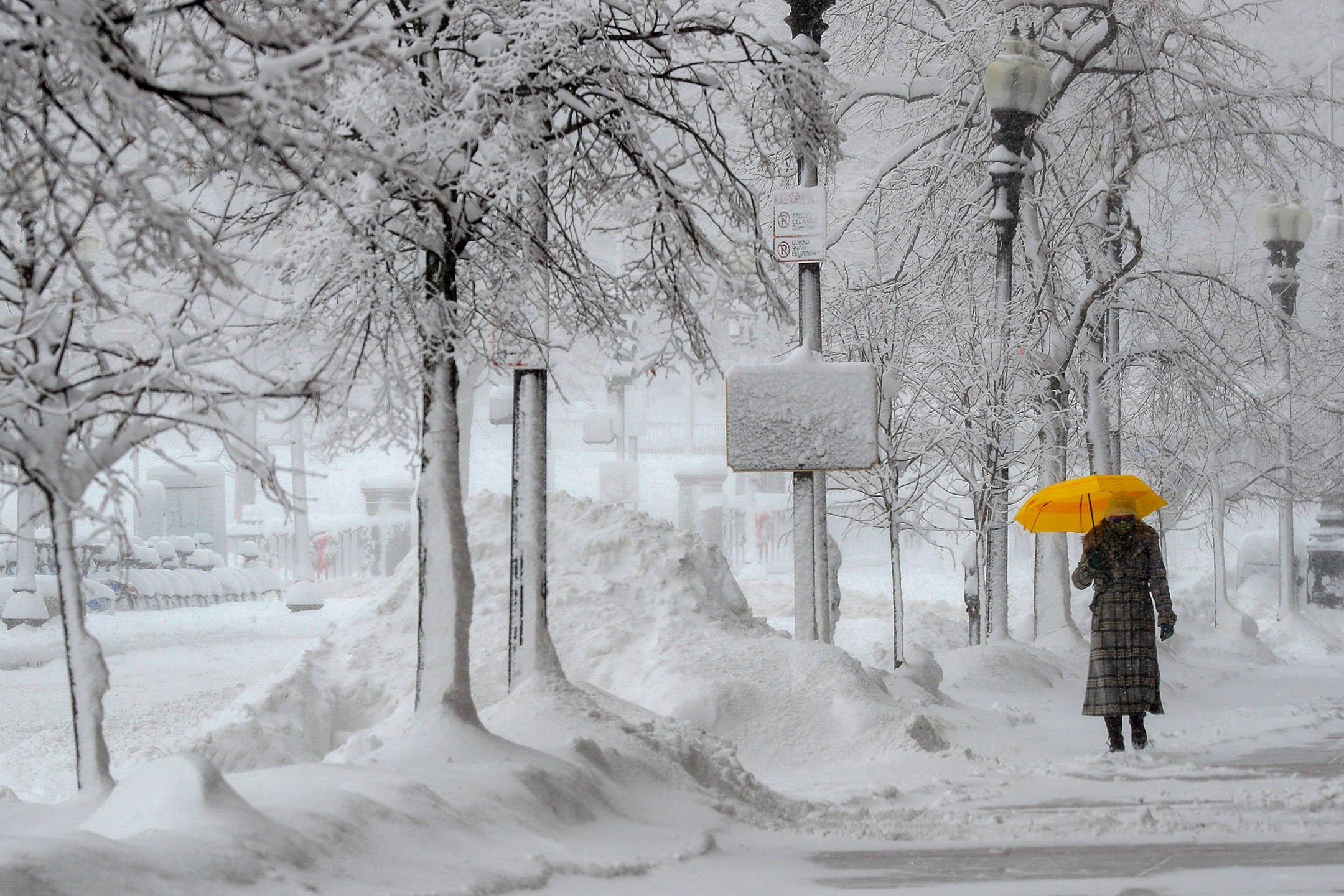 2020年12月17日,行人穿過波士頓的街道。 攝:Brian Snyder/Reuters/達志影像