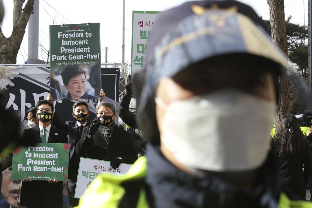 2021年1月13日在南韓首爾,前總統朴槿惠的支持者在大法院外遊行,要求立即釋放朴槿惠。 攝:Ahn Young-joon / AP