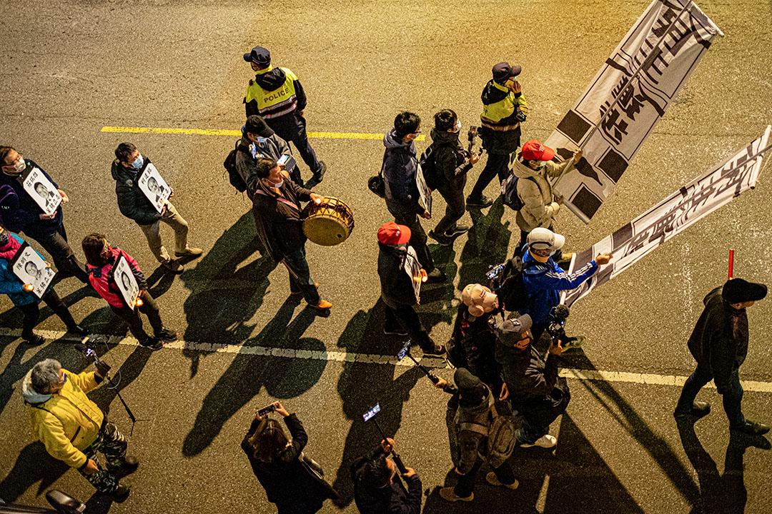 2020年12月31日台北,「拒毒豬、凱道萊跨年」晚會,示威者以靜默遊行表達對政府開放萊豬進口的不滿。