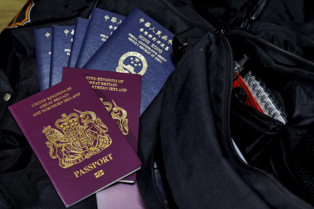 2020年12月17日,一個準備移居蘇格蘭的香港家庭,將他們的英國國民海外護照(BNO)和香港特區護照一起放在行李上。 攝:Tyrone Siu/Reuters/達志影像
