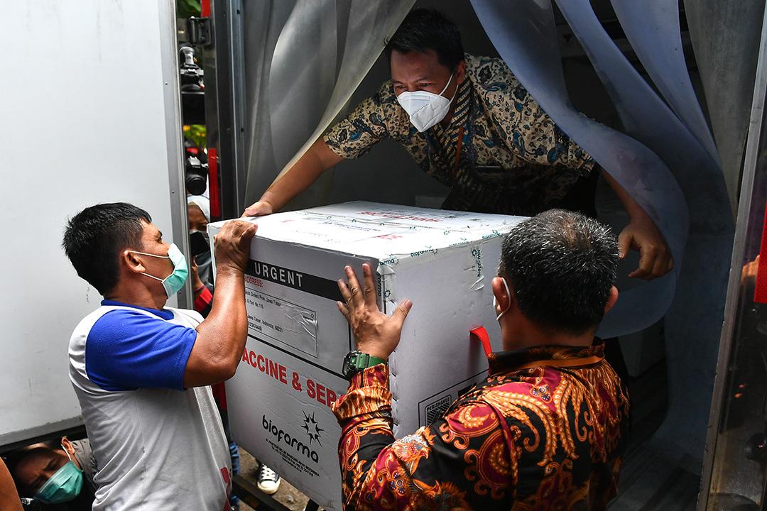 2021年1月13日印尼,醫務人員在泗水將Sinovac疫苗裝載到車上。