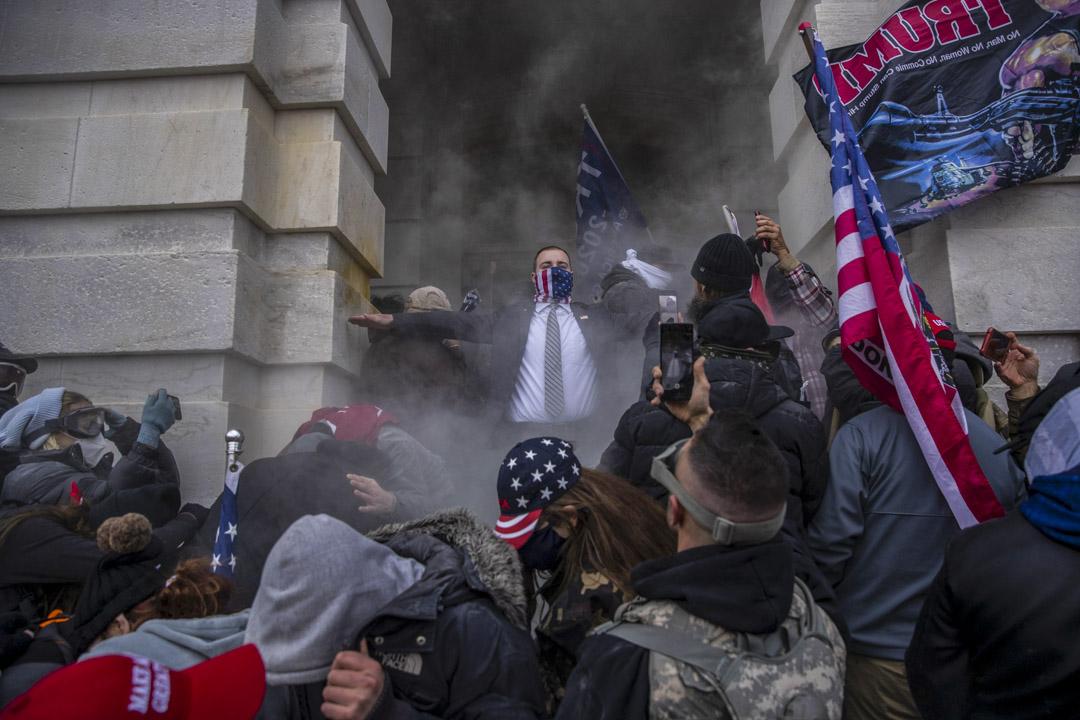 2021年1月6日,美國國會確認總統大選結果期間,示威者在國會大樓外聚集,其後嘗試闖進國會大樓。