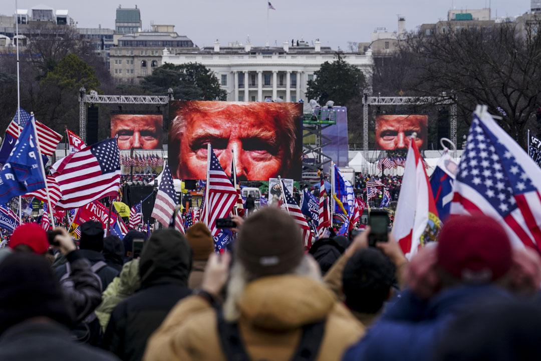 2021年1月6日,美國參眾兩院確認候任總統拜登勝出上年的總統選舉期間,數千名特朗普支持者在國會外聚集。