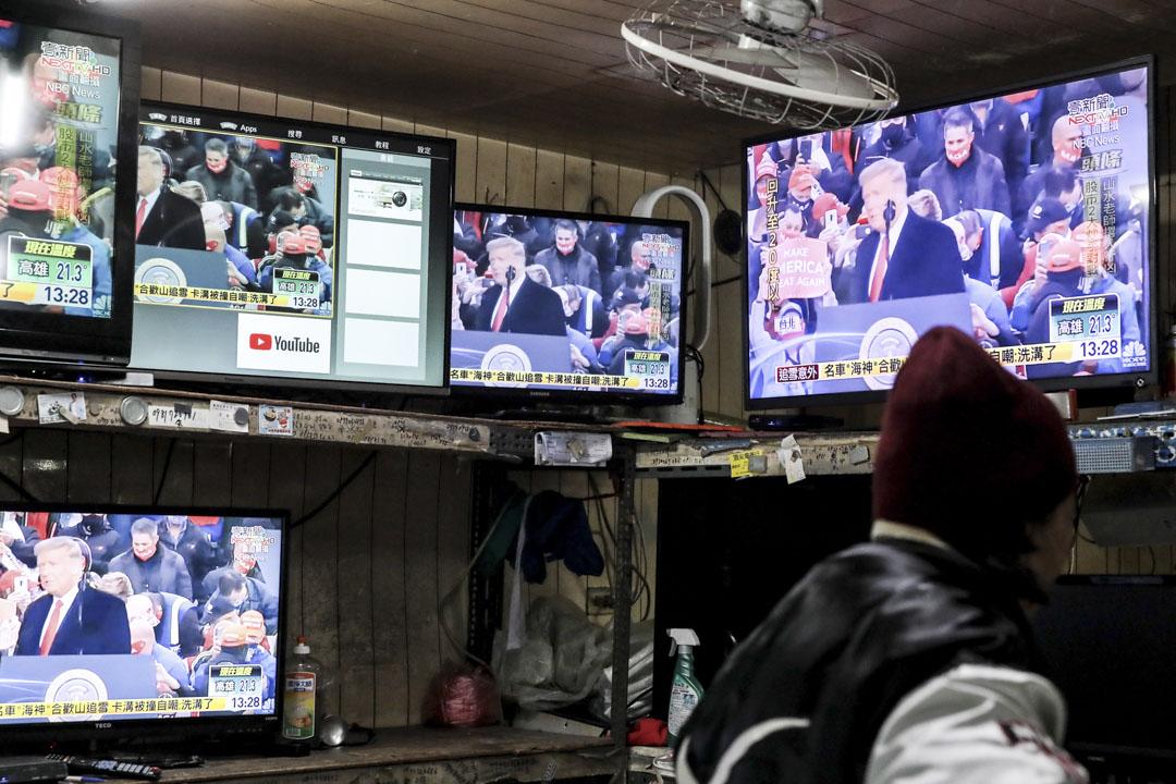 2021年1月11日,台北街頭的電視機,播放著有關美國解除所有對台政策限制的新聞片段。