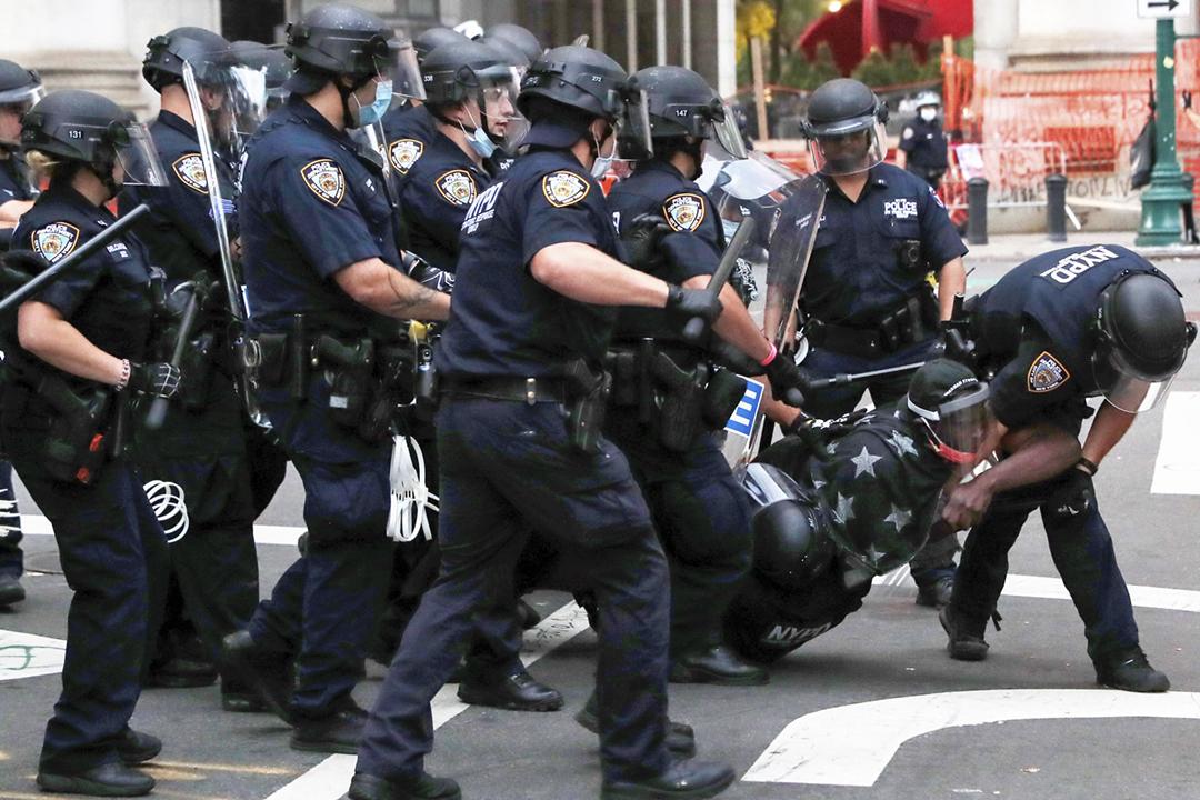 2020年7月1日在美國紐約曼哈頓,多名警員合力制服一名示威者。 攝:Andrew Kelly / Reuters