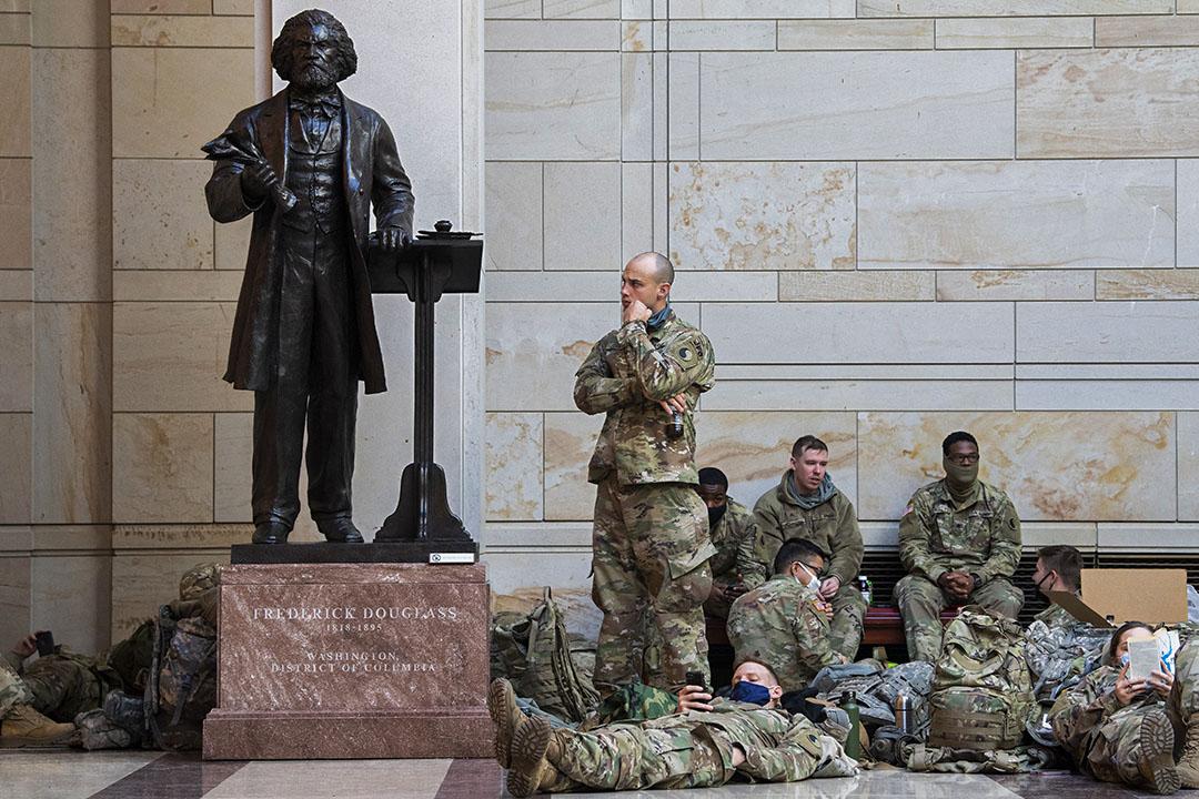 2021年1月13日美國國會大廈,國民警衞隊於弗雷德里克·道格拉斯雕像旁邊。