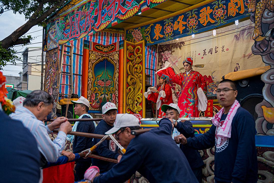廟前酬神,由高雄當地的東峰歌劇團演出歌仔戲。