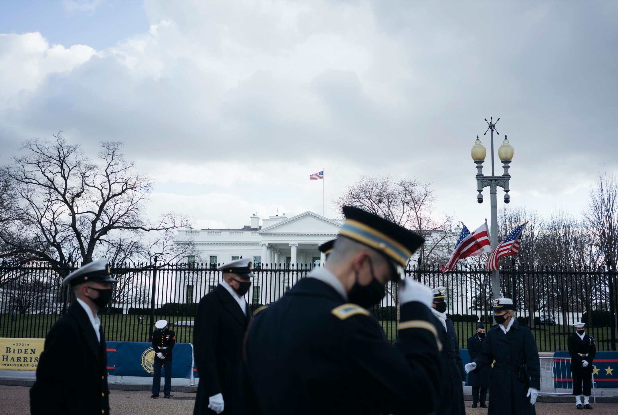2021年1月18日,美國首都華盛頓特區,美軍成員在白宮外為新總統拜登上任儀式彩排。 攝:Eric Thayer/Getty Images