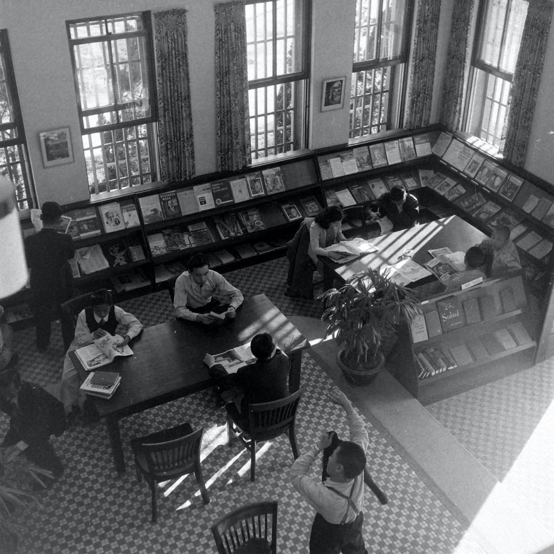 1949年,國民黨員在台灣一個圖書館裏閱讀。