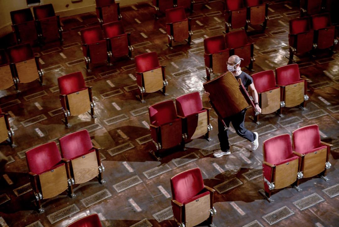 德國柏林劇院(Berliner Ensemble)在今年9月重開劇院之時把700個座位的500個暫時拆掉。