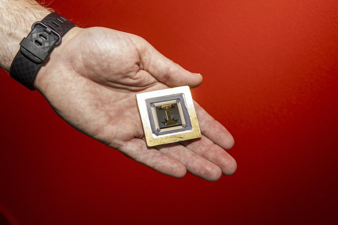 2020年10月14日,美國科羅拉多州的霍尼韋爾(Honeywell )量子計算機實驗室的半導體芯片。 攝:David Williams/Bloomberg via Getty Images