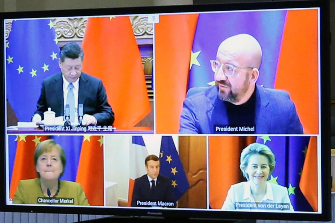 2020年12月30日比利時布魯塞爾,歐洲理事會主席夏爾·米歇爾、歐盟委員會主席烏爾蘇拉·馮德萊恩、德國總理默克爾、法國總統馬克龍和中國國家主席習近平舉行的視像會議。 攝:Dursun Aydemir/Anadolu Agency via Getty Images