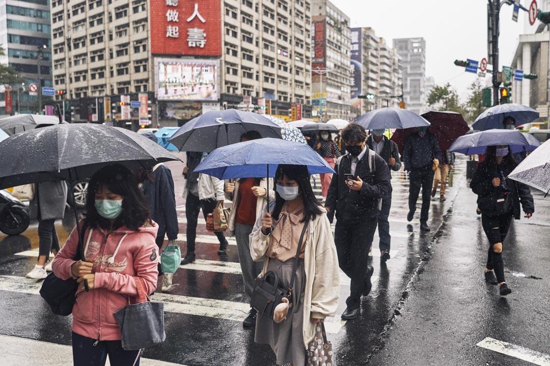 2020年12月02日,台北街上戴著口罩的市民。