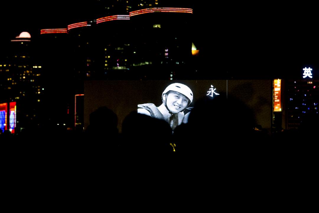 2019年11月9日,有市民發起晚上在金鐘添馬公園舉行「主佑義士全港祈禱及集氣大會」,因周梓樂於8日離世,集會改為周梓樂的祈禱及追思會。 攝:林振東/端傳媒