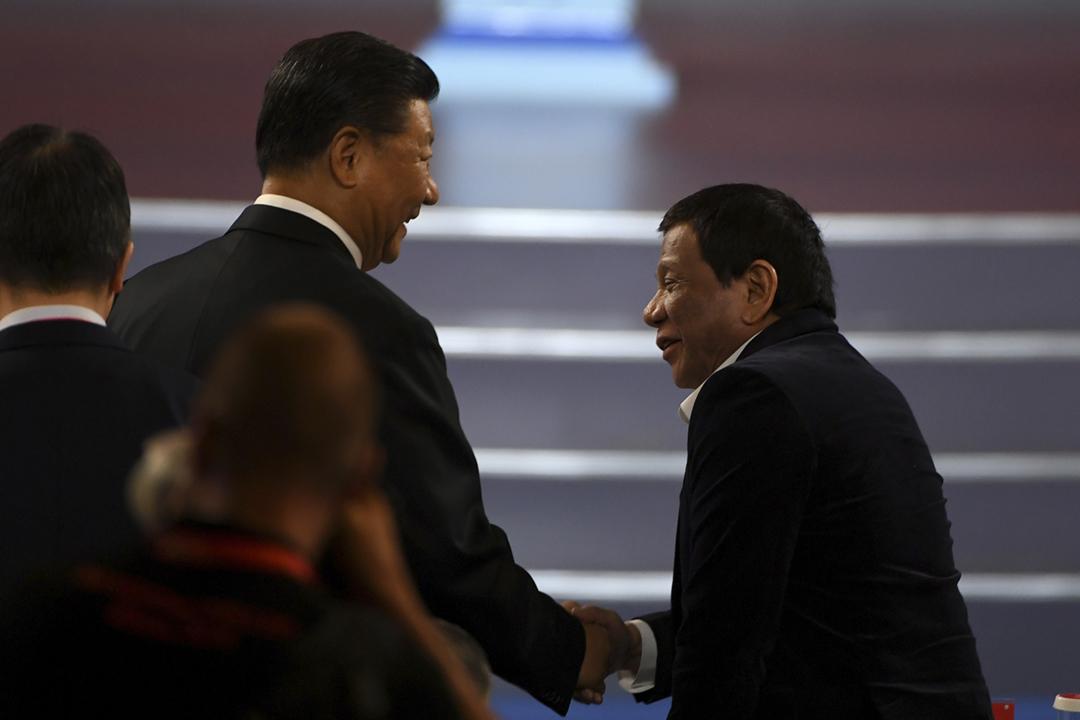 2019年8月30日在中國北京,中國國家主席習近平與菲律賓總統杜特爾特(Rodrigo Duterte)一同出席世界盃籃球賽的揭幕禮。 攝:Greg Baker / Reuters