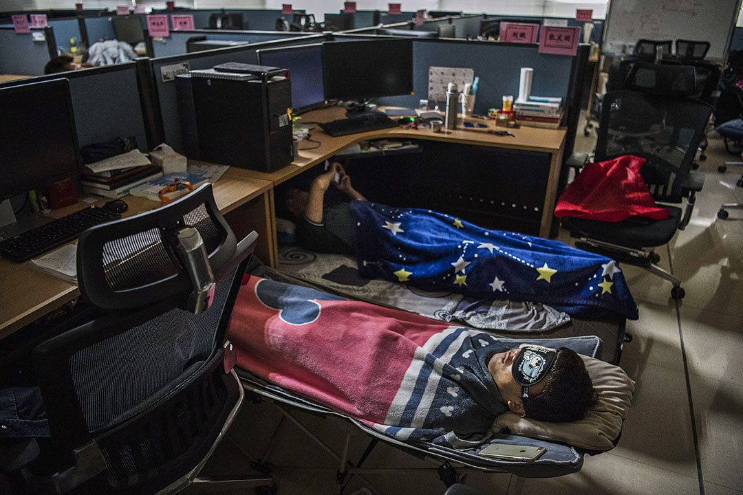 2019年4月12日深圳,華為員工於午休時間睡覺。 攝:Kevin Frayer/Getty Images