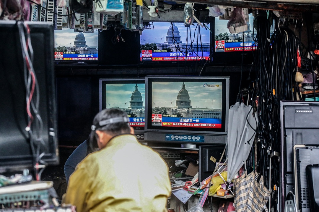 2021年1月11日,台北街頭的電視機播放著有關美國駐聯合國大使克拉芙特(Kelly Craft)即將訪台的新聞片段。 攝:I-Hwa Cheng/Bloomberg via Getty Images