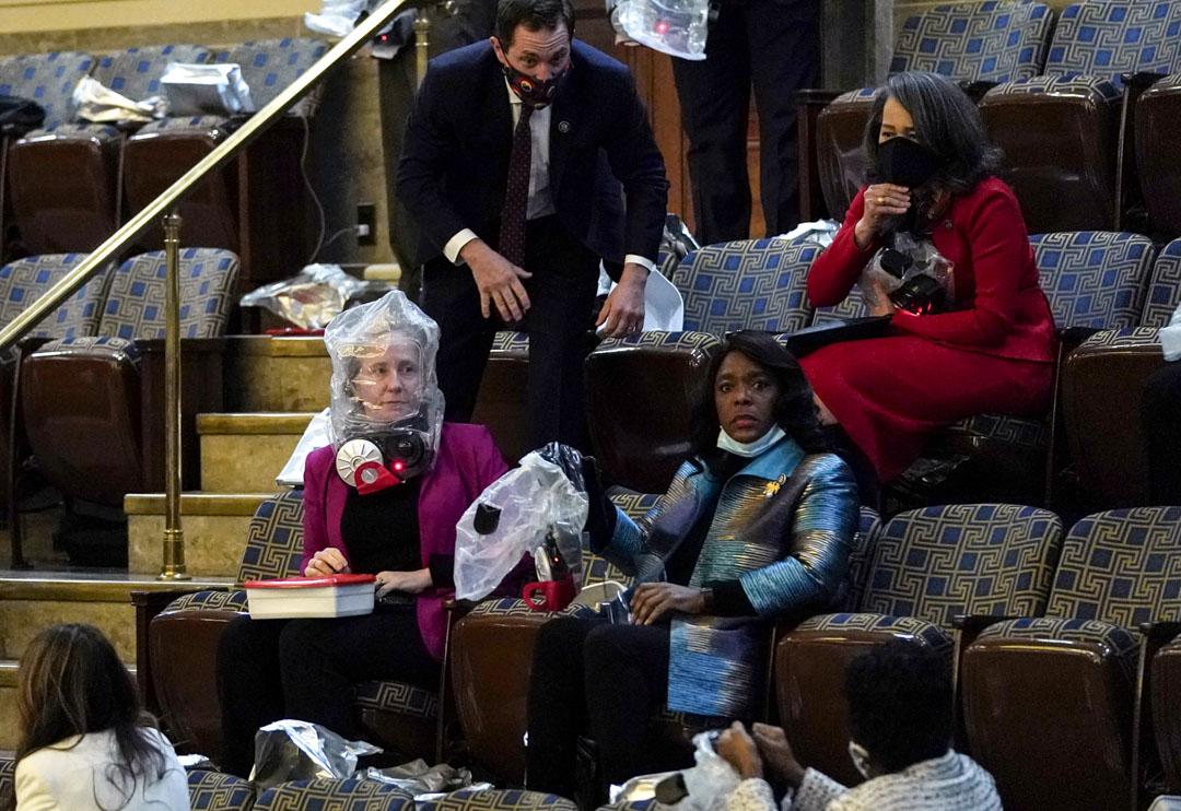 2021年1月6日,美國國會,會議廳內的人戴上協助呼吸的頭套。